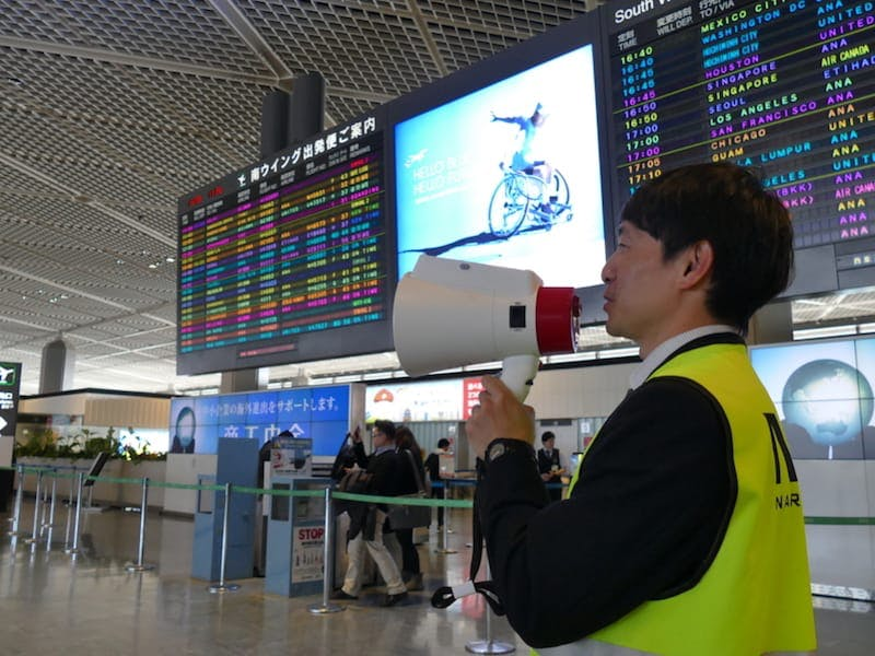 成田国際空港:メガホン型の翻訳機「メガホンヤク」で日本語・英語・中国語・韓国語の4か国語に対応