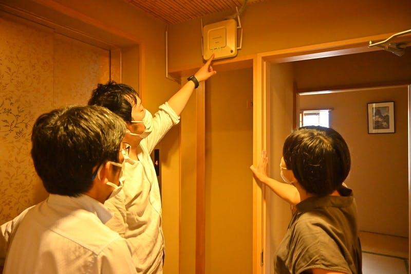 ▲「Wi-Fiがなぜか弱いんです...」という質問を受け、館内をめぐりながら原因を調査、改善案を説明