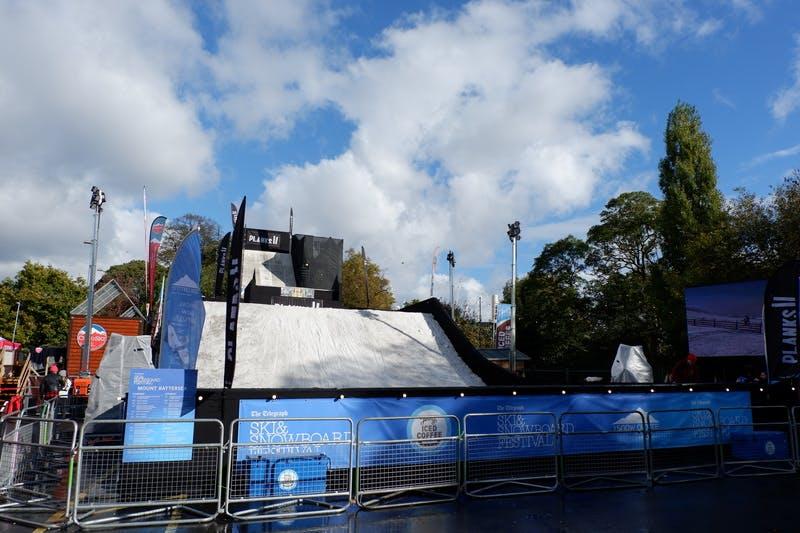 ▲ロンドンで開催「The Telegraph Ski & Snowboard Festival」:雪山ステージでのパフォーマンスの様子