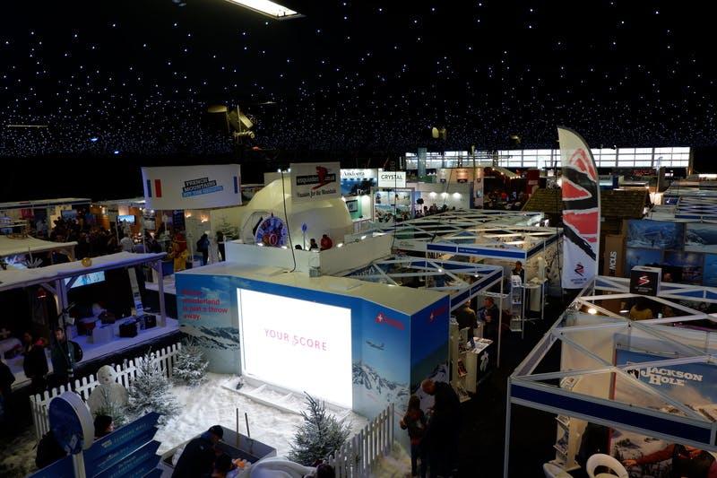 ▲ロンドンで開催「The Telegraph Ski & Snowboard Festival」:室内会場の様子。天井のライトが印象的