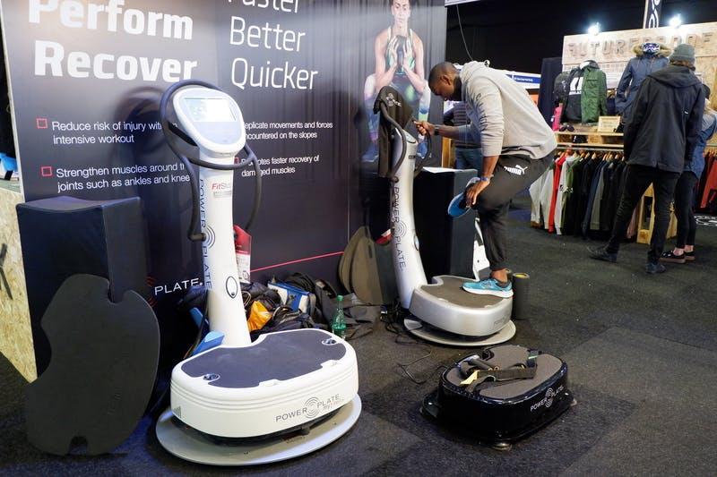 ▲ロンドンで開催「The Telegraph Ski & Snowboard Festival」:体幹を鍛えるトレーニングマシーン販売の様子