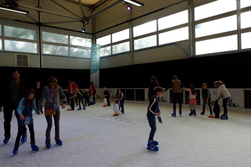 ▲ロンドンで開催「The Telegraph Ski & Snowboard Festival」:スケートリンクでは来場者の笑い声が響く
