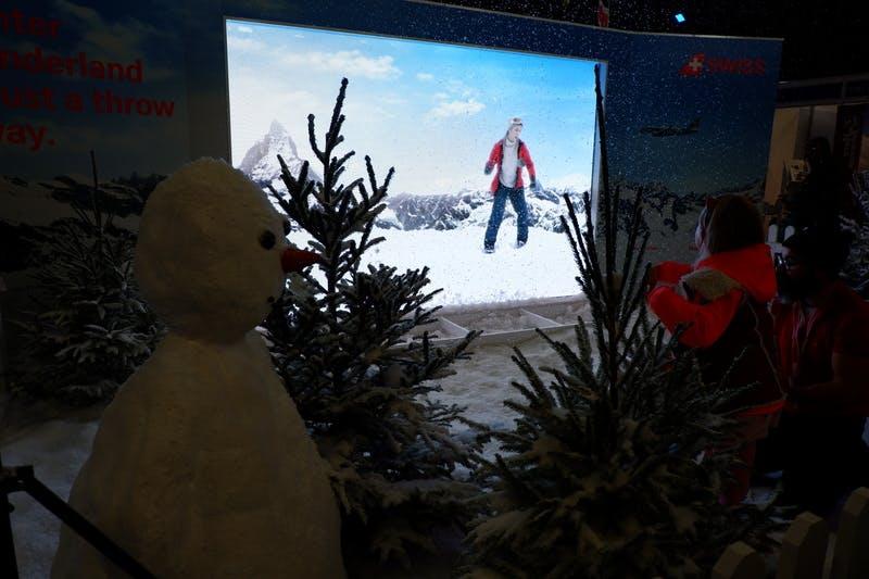 ▲ロンドンで開催「The Telegraph Ski & Snowboard Festival」:雪玉を画面に投げるゲームコーナーの様子