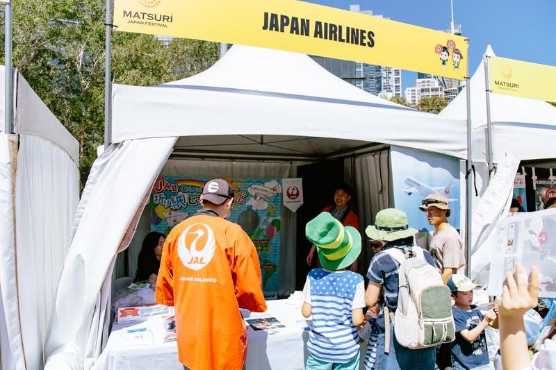 ▲Matsuri-Japan Festival:家族で紙ヒコーキ投げに挑戦中