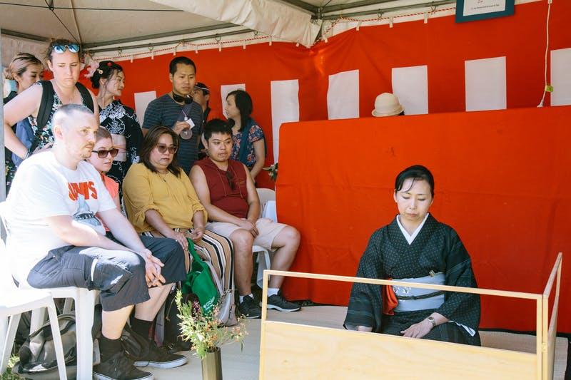 ▲Matsuri-Japan Festival:茶道の様子を真剣に見つめる参加者ら