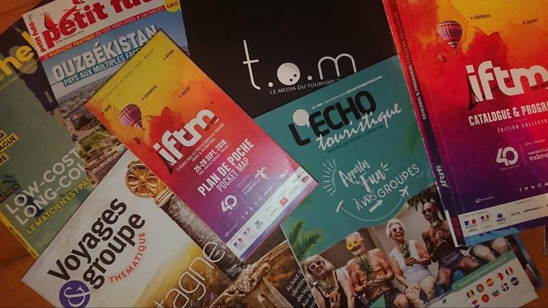 ▲「iftm TOP RESA」現地の様子:配布されていた資料の一部。一面に写真が張られているというより、デザイン重視。薄い冊子よりも雑誌ほどの厚さや大きさで紙製のパンフレットが多い。