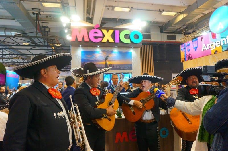 ▲「iftm TOP RESA」の様子:メキシコブースのパフォーマンス。本格的な音楽隊の演奏が周囲の人々の視線を集める。
