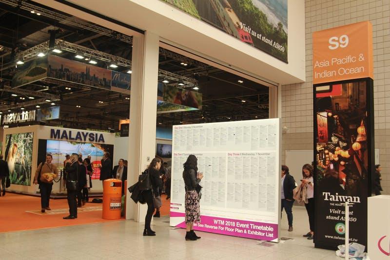 ▲「WTM London」:イベント情報の看板を構えるアジア・オセアニアブースへの入り口