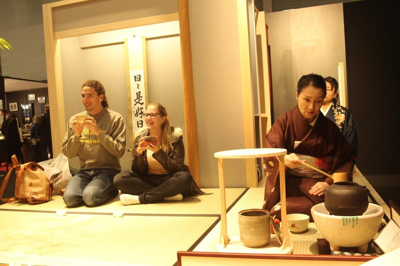 ▲「サロン・デュ・ショコラ2018」:サロンドロワイヤルの茶道体験コーナー