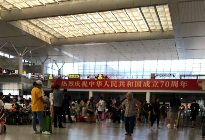 ▲上海虹橋の新幹線・長距離列車駅に掲げられた横断幕