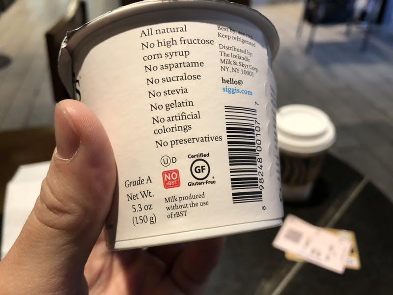 ▲ニューヨークで販売されている食品。使用していない原材料等についての情報がわかりやすく記載されていると同時に、一般の消費者には気にならないデザインとなっている。