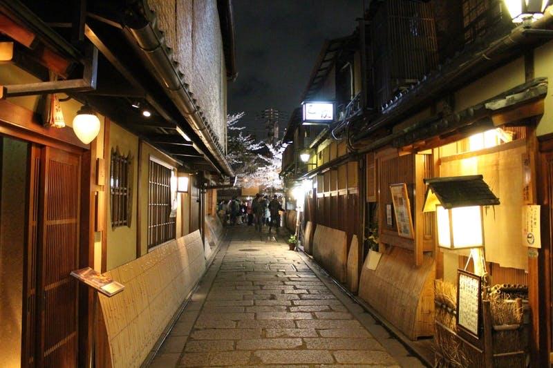 ▲夜の京都の祇園の街並み