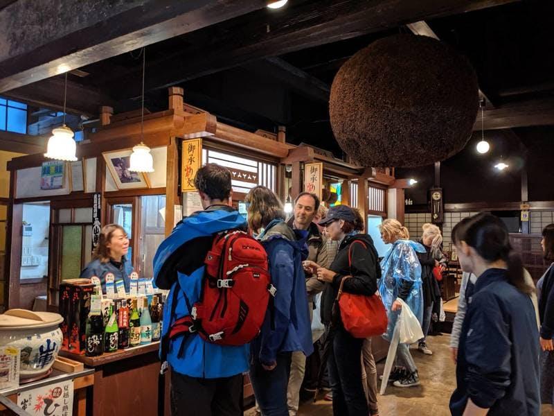 お酒の試飲に並ぶ外国人観光客