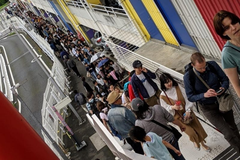 ▲[MORI Building DIGITAL ART MUSEUM: EPSON teamLab Borderlessに並ぶ列には外国人の姿も]:プレスリリースより