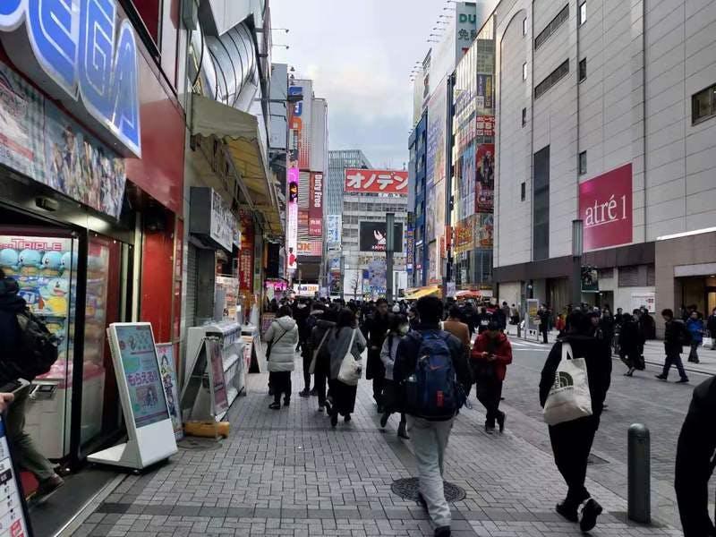 ▲[JR秋葉原駅を出ると、外国人にとって「日本らしい」景色が広がる]:筆者撮影