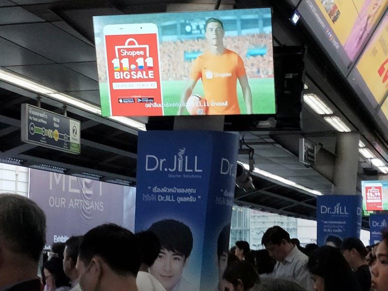 ▲[タイのECサイトShopeeの広告]:タイ国内にて、筆者撮影