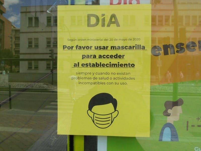 ▲[マスク着用の上での入店を求めるスーパーマーケットの張り紙]:筆者撮影