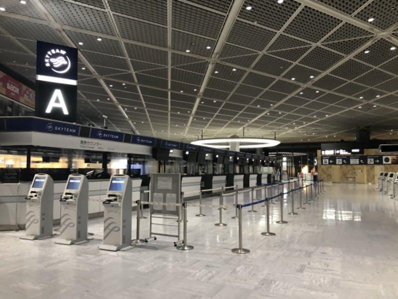 閑散としている成田空港のチェックインカウンター