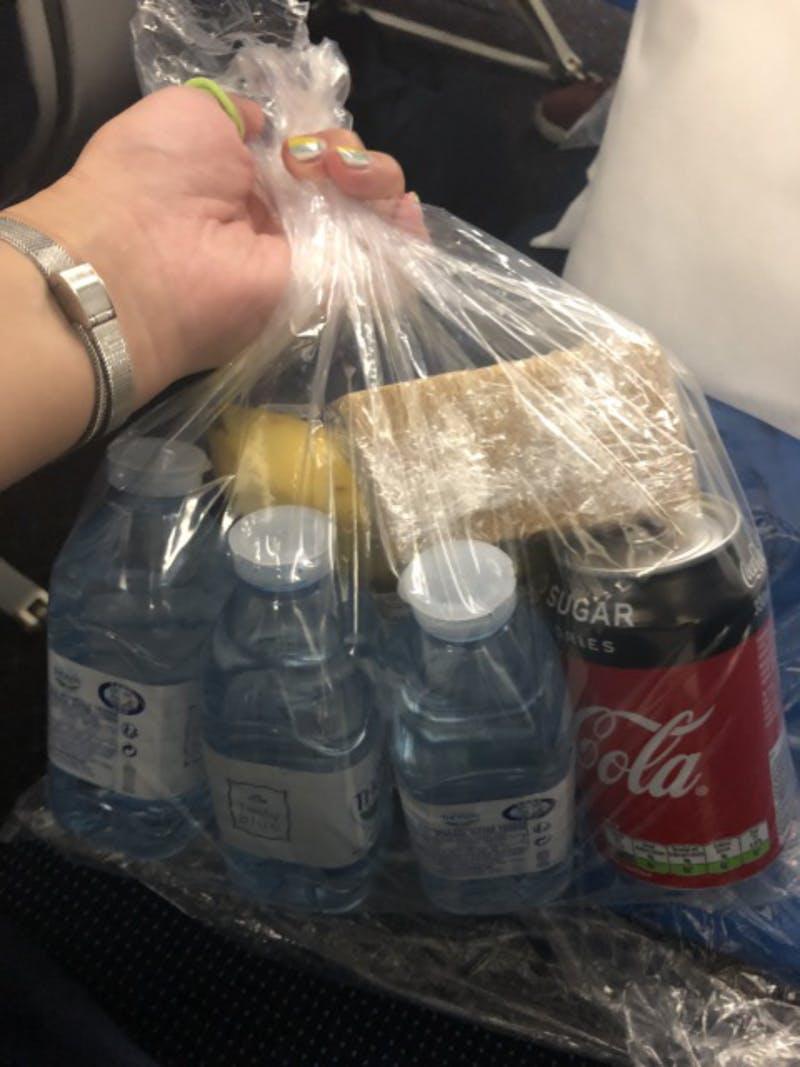 ▲[水やサンドウィッチ、チョコレートなど十分な食料がまとまっている]:オランダ航空機内