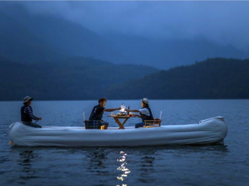 日本の地方の豊かな自然の中でカヌー体験をする観光客
