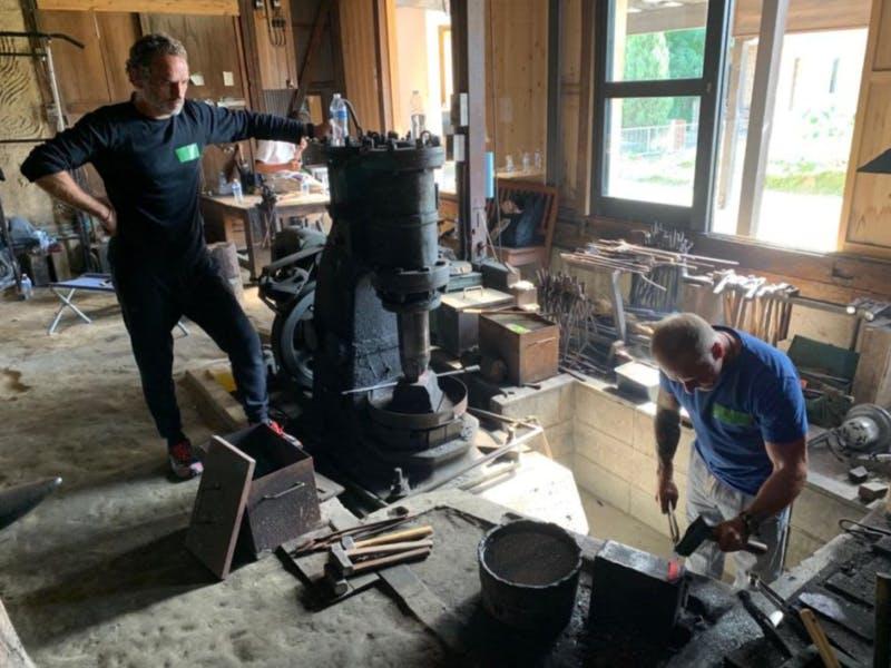岐阜県羽島市で鍛冶体験をする二人の外国人