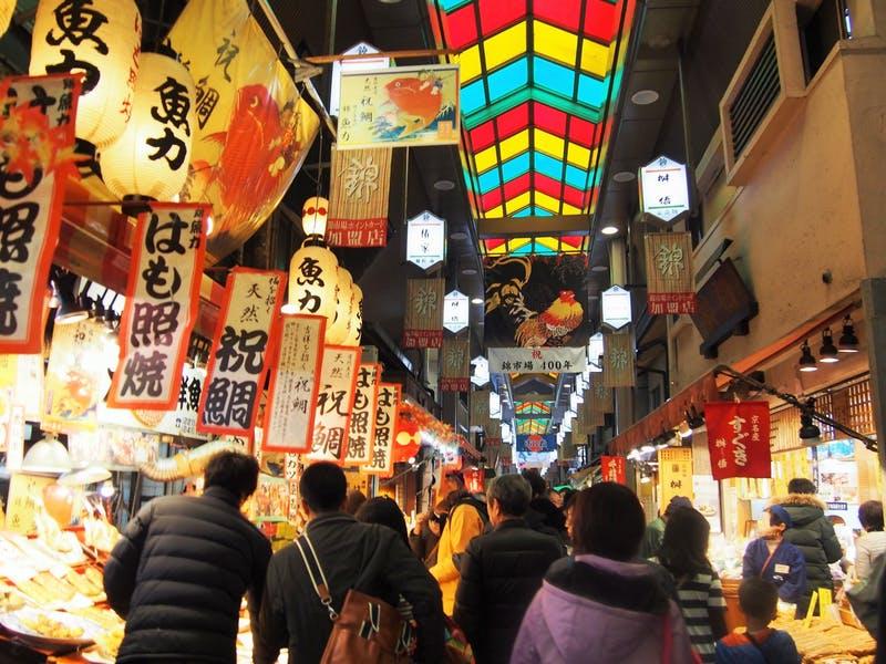観光客で賑わう京都・錦市場