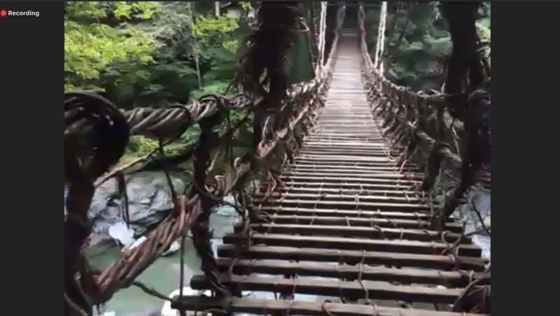 ▲[かずら橋を渡る場面。このあと橋を渡り、眼下を見下ろす演出が]:編集部キャプチャ