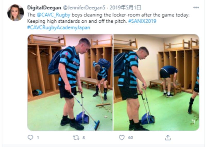 ロッカールームを清掃するラグビー選手