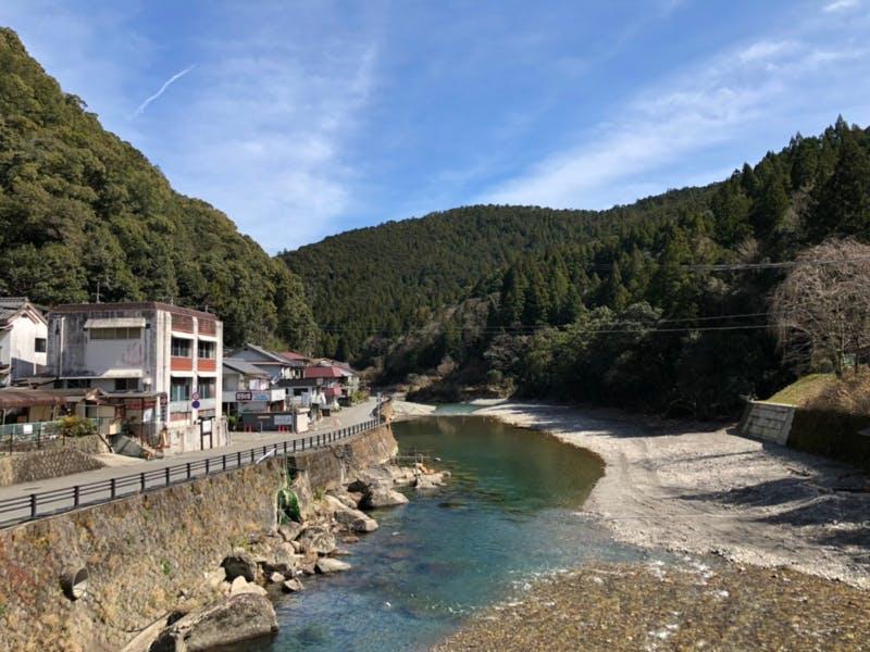 川湯温泉。川底から絶えず湧き出す70度以上の源泉に、青く澄んだ熊野川の支流、大塔川が混ざり合い、程良い温泉が出来上がる。