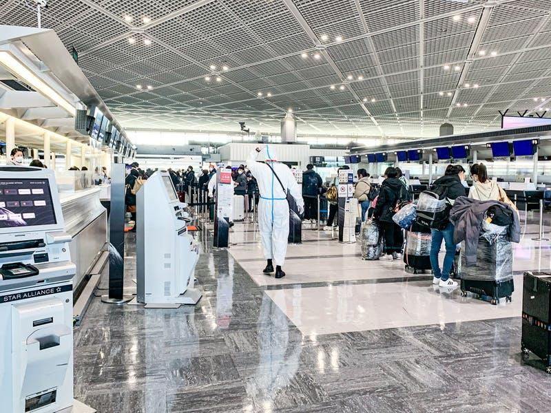 成田空港の様子 チェックインカウンターのみ大行列に