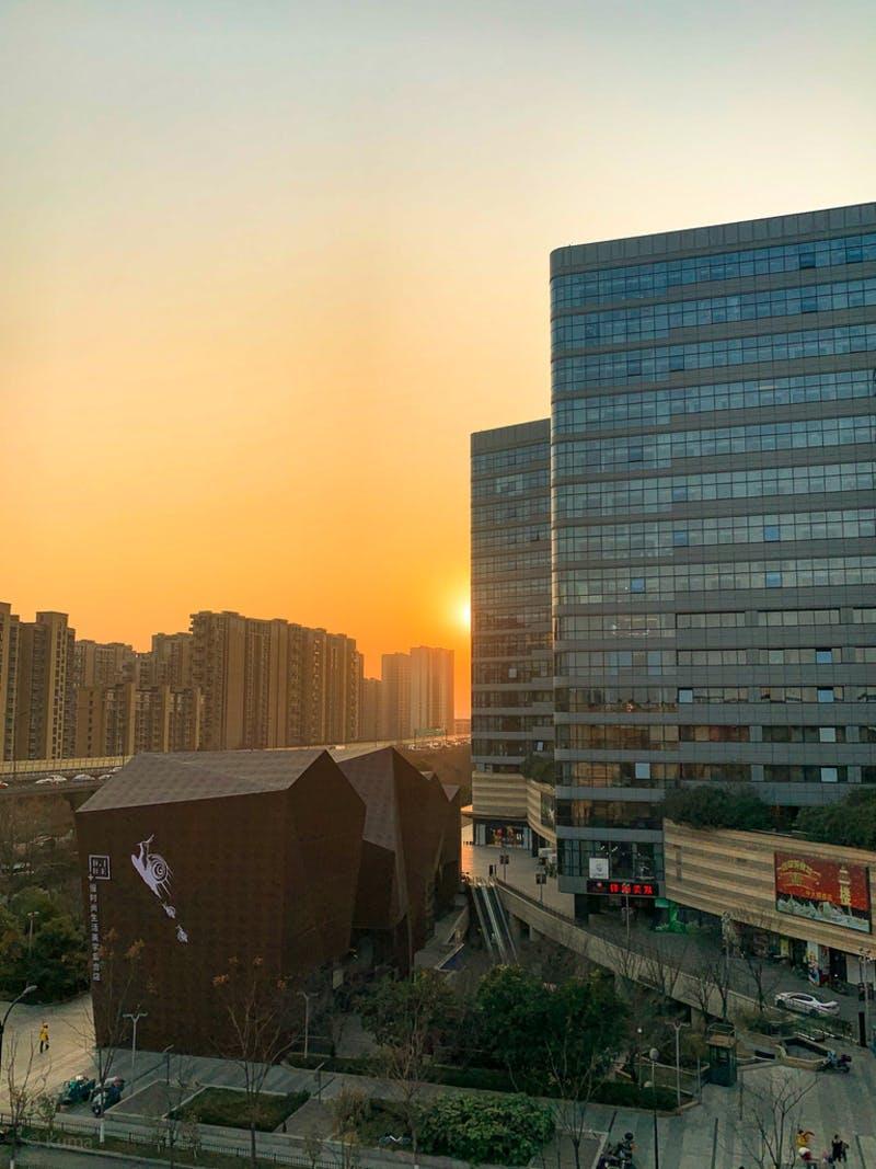窓からみる杭州の街と夕日