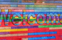 英語「いらっしゃいませ」の発音と書き方 | 接客に使えるフレーズ・ネイティブの英語まとめ